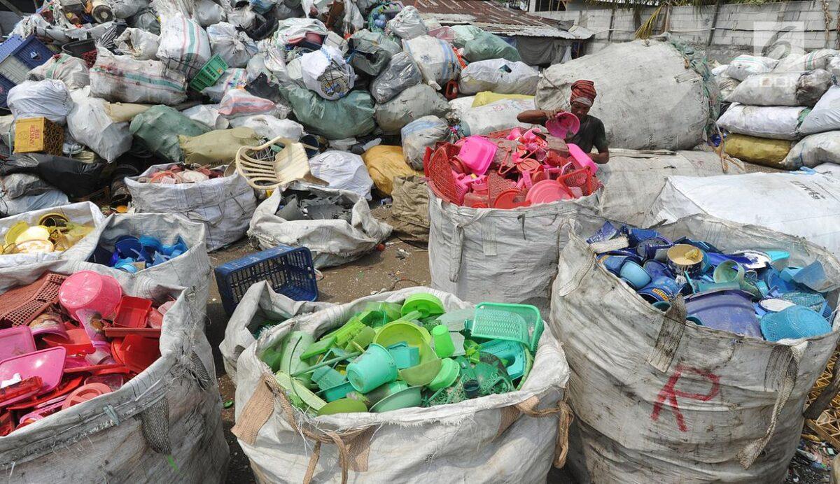 Cara Memanfaatkan Kembali Sampah Plastik Berguna